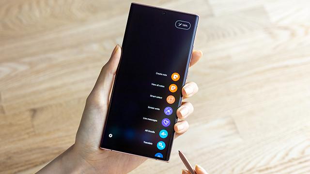 Devojka pokreće aplikaciju na Samsung Galaxy Note20 Ultra mobilnom telefonu koristeći S Pen olovku