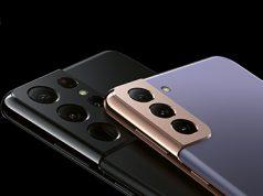 Prikaz zadnjih kamera na Samsung Galaxy S21 Ultra u fantomski ljubičastoj boji i S21 Ultra u fantomski crnoj boji