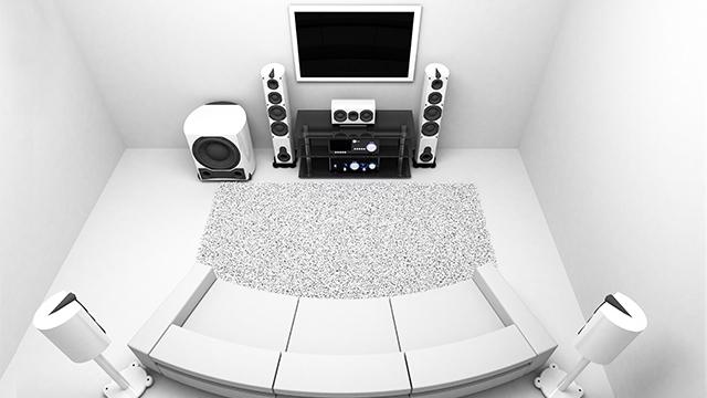 Surround sistem povezan na TV u beloj prostoriji