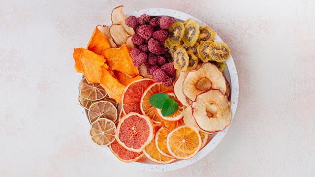 Sušene maline, jabuke, kivi, citrusi, jabuke poređane u činiji