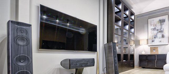 Par u zamračenoj sobi gleda film na TV-u sa surround sistemom