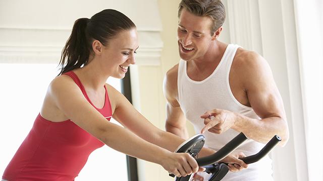 Dečko i devojka zajedno vežbaju kod kuće