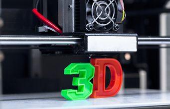 Broj 3 u zelenoj i slovo D u crvenoj boji odštampani u 3D štampaču