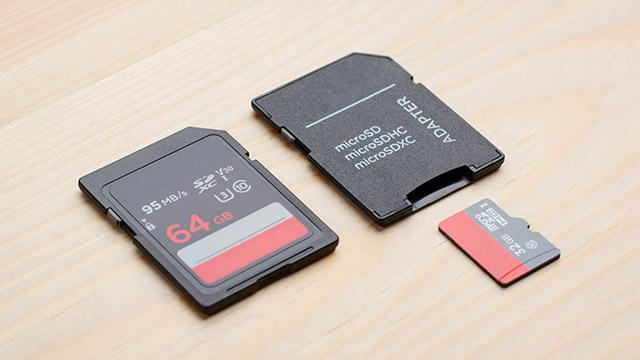 Adapter za memorijsku karticu i memorijska kartica na svetloj pozadini