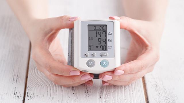Prikaz vrednosti pritiska i pulsa na monitoru digitalnog aparata za merenje pritiska