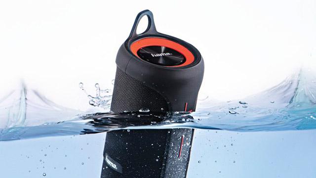 U vodi pluta bežični vodooptorni Bluetooth zvučnik