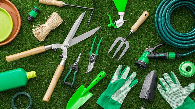 Baštenska oprema i alat na zelenoj travi